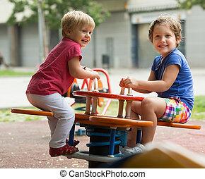 niños, tener diversión, en, patio de recreo