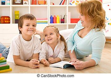 niños, tener diversión, historias de la lectura, con, su, mamá