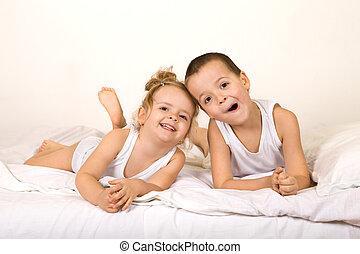 niños, tener diversión, lazying, en, el, cama