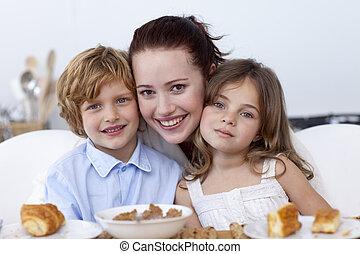 niños, y, madre, teniendo, desayuno