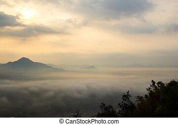 niebla, encima, el, montañas