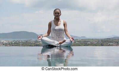 niebo, postawa, practicing, jasny, yoga, poolside, kobieta,...