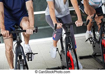niedriger abschnitt, von, leute, auf, üben fahrräder