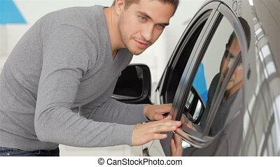 niejaki, człowiek, wgląda, jego, nowy wóz, kolor