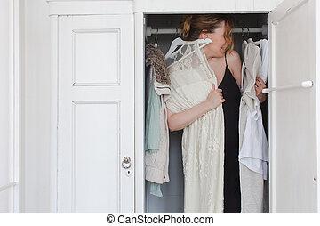 niejaki, kobieta, jest, przygniatany, w, szafa, od, brudny, odzież
