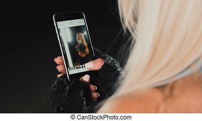 niejaki, kobieta, spojrzenia, fotografie, w, smartphone