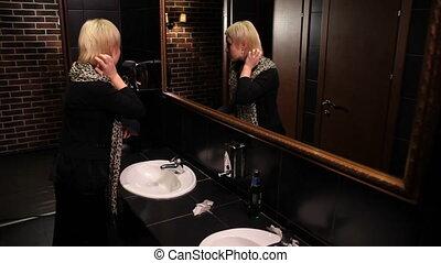 niejaki, kobieta, w, niejaki, ubikacja, w, przedimek określony przed rzeczownikami, lustro, podziwiając
