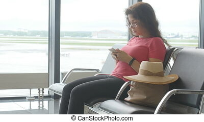 niejaki, młoda kobieta, na, przedimek określony przed rzeczownikami, lotnisko, usługiwanie, dla, odjazd, i, przeglądnięcie, przedimek określony przed rzeczownikami, smartphone