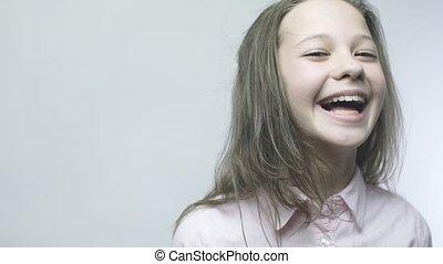 niejaki, piękny, dziewczyna, śmiechy, w, powolny ruch, przeglądnięcie aparat fotograficzny