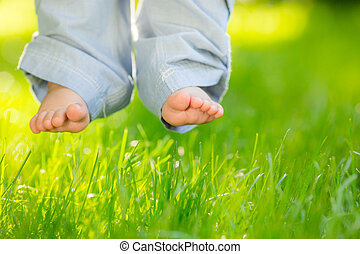 niemowlę feet, na, trawa