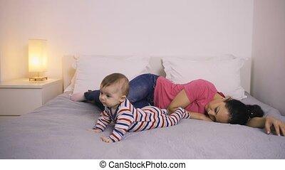 niemowlę, jej, zmęczony, patrząc, macierz, łóżko, leżący