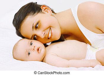 niemowlę, mamusia, łóżko, szczęśliwy