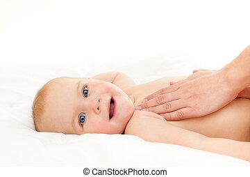 niemowlę masują
