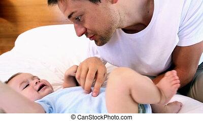 niemowlę, ojciec, szczęśliwy, syn, jego, łaskotanie