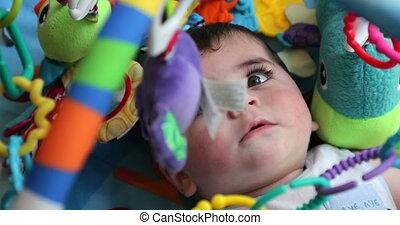 niemowlę, przeglądnięcie do góry, jej, zabawki, wisząc, z,...