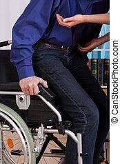 niepełnosprawny, dostaje, wózek, do góry