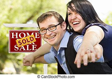 nieruchomość, para, znak, przód, sprzedany, szczęśliwy