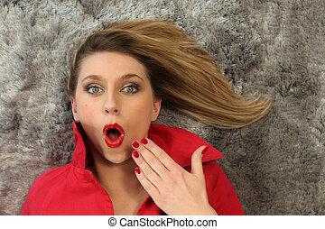 niespodzianka, kobieta, leżący, dywan