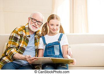 nieta, juntos, aduelo, libro, hogar, lectura, feliz