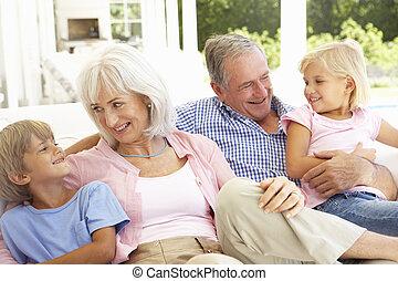 nietos, relajante, sofá, juntos, abuelos, retrato