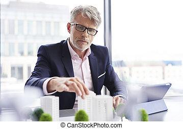nieuw, het kijken, zakenman, geconcentreerde, oplossingen