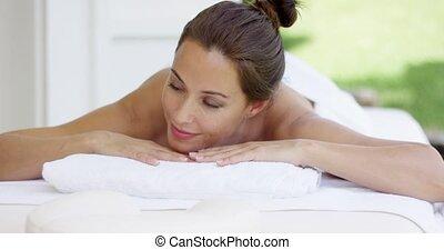 nieuwsgierig, vrouw, op, spa, tafel, verpakte, in, witte , handdoeken