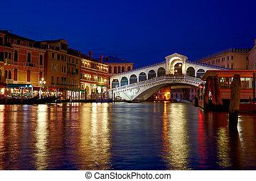 Night shot of Rialto Bridge ( Ponte Rialto ) on Canal Grande in Venice, Veneto, Italy