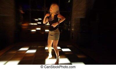 nightclub, pociągający, kobieta, młody, taniec