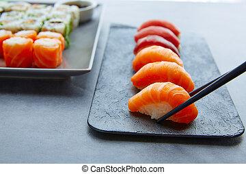niguiri, sushi maki, wasabi, salsa soia