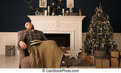 noël, ennuyeux, concept., jeune, dormir, chaise, evening., homme