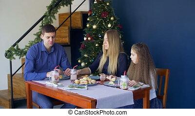 noël famille, dîner, maison, avoir, heureux