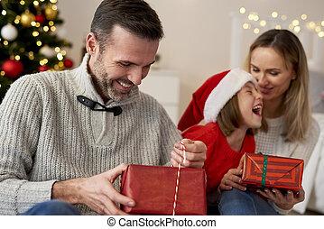 noël heureux, dons, famille, ouverture