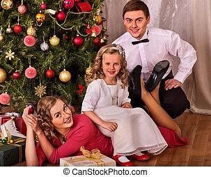 noël, portrait famille, à, enfants, assaisonnement, noël, arbre.