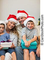 noël, tenue, sofa, présente, chapeau, famille