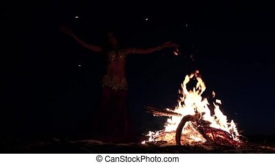 noc, brzuch, sylwetka, spóźniony, jasny, dziewczyna, piasek, taniec, campfire., motion., powolny