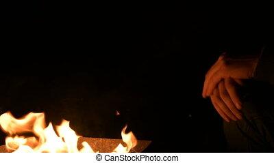 noc, szczelnie-do góry, jego, ciemność, dłonie, ogień, mężczyźni, fire., warms, siła robocza, człowiek, otwarty, zupełny