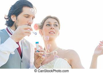 noce couple, bulles soufflement savon, dehors