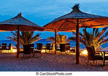 noche, croacia, brela, playa guija, paraguas