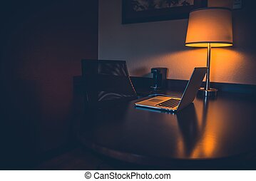 noche, escritorio del trabajo