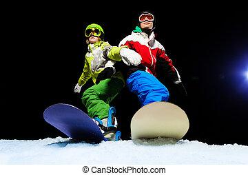 noche, esquí, snowboarders, máscara pesada, dos