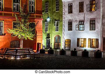 noche, medieval, calle, vista, en, sighisoara, transylvania, rumania, señal