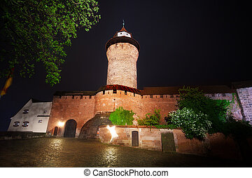 noche, vista, de, kaiserburg, pared, con, sinwellturm