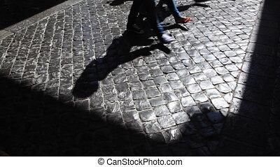 nogi, i, cienie, od, pielgrzymka, w, kościół, przenosić, wzdłuż, bruk