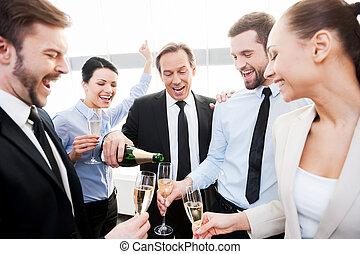 noi, absolutely, deserve, this!, gruppo, di, felice, persone affari, presa a terra, flauti, mentre, uomo maturo, versando champagne