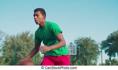 noir, basket-ball, dehors, jouer, homme, athlétique