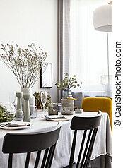 noir, chaises, table, à, usines, et, vaisselle, dans, clair, salle manger, intérieur, à, fenêtre., vrai, photo