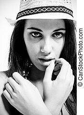 noir, chapeau blanc, &