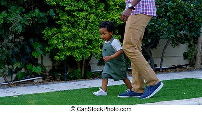noir, maison, peu, vue côté, leur, père, dos, 4k, yard, jouer, fils, jeune