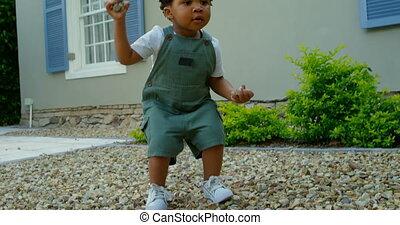 noir, maison, peu, vue, leur, bébé, mignon, dos, 4k, yard, jouer, devant