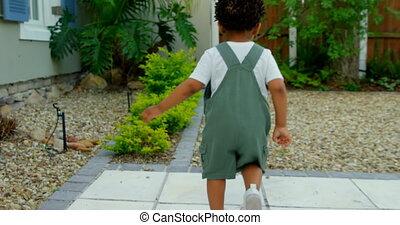 noir, maison, peu, vue, leur, bébé, mignon, dos, arrière, yard, jouer, 4k